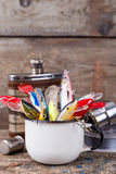 Les wobblers d'appâts dépassent de la tasse en métal blanc Photos libres de droits