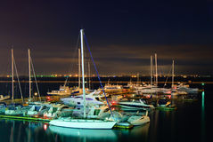 Les yachts chers ont amarré au port d'Odessa photo stock