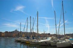 Les yachts dans Vieux mettent en communication à Marseille Photo stock
