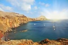 Les yachts de blanc dans le golfe rocheux Image stock