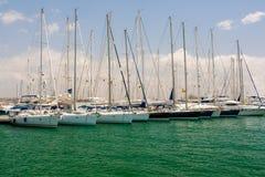 Les yachts de navigation sont dans le port Image stock