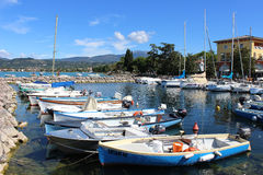 Les yachts et les bateaux dans Cisano hébergent, policier de lac. Photographie stock libre de droits