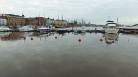Les yachts modernes amarrés dans le port au centre de Helsinki, début de la matinée, ciel nuageux se reflète dans l'eau banque de vidéos