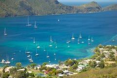 Les yachts ont amarré à un port abrité dans les îles au vent Image stock