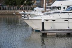Les yachts ont amarré dans une marina Photo stock
