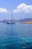 Les yachts ont ancré outre de l'île de Leipsoi Photos libres de droits