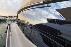 Les yachts superbes ont amarré au port de Sukosan près de Zadar, Croatie Photos libres de droits