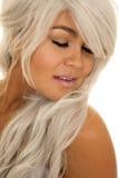 Les yeux étroits hauts de cheveux gris de femme fermés disent ouvert du bout des lèvres images stock