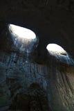 Les yeux de Dieu dans Prohodna foudroient, caverne célèbre Photos stock