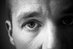 Les yeux de l'homme en noir et blanc photos stock
