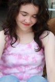 Les yeux de sourire de fille de l'adolescence se sont fermés Images libres de droits