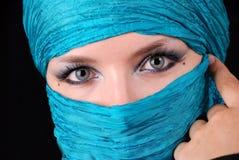 Les yeux du femme bleu avec le renivellement est image libre de droits