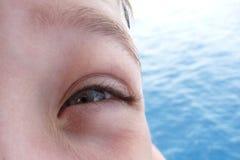 Les yeux du garçon malfaisant Image libre de droits
