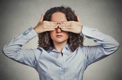 Les yeux fermants de bâche de femme avec des mains ne peuvent pas sembler se cachants évitant la situation Images stock