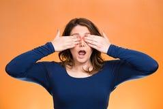 Les yeux fermants de femme avec des mains ne peuvent pas voir Ne voir l'aucun concept mauvais Photographie stock libre de droits