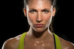 Les yeux intenses de regard fixe ont déterminé la fin puissante femelle de combattant de femme sûre en sueur tirée par tête d'écl Photographie stock libre de droits