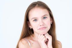 Les yeux tristes de visage d'enfant espiègle vilain d'émotion sourient photo libre de droits