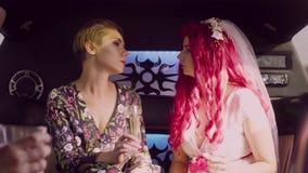 lesbian ślub Państwo młodzi jazda w ślubnym samochodzie zbiory