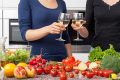Lesbienne dans la cuisine images stock