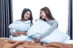 Lesbienne deux asiatique regardant ensemble dans la chambre à coucher Concept de beauté Ha images stock