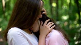 Lesbienne die haar verstoord meisje, wederzijdse begrip en steun troosten stock foto's