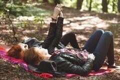 Lesbiennes se situant dans la forêt Photos stock