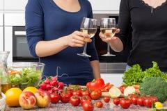 Lesbijka w kuchni obrazy stock