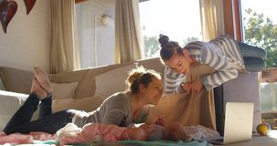 Lesbijska para bawić się z ich chłopiec 4k zbiory wideo