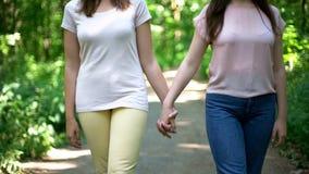 Lesbijska para chodzi wpólnie, trzymający rękę, bezpłatny wybór miłość żadny uprzedzenie fotografia stock