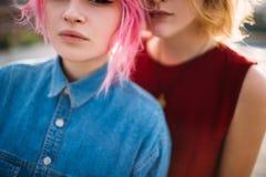 Lesbijski par dziewczyn uściśnięcia homoseksualisty romans obraz stock