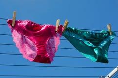 Lesbisch concept zijdekorte broek op waslijn Stock Foto's