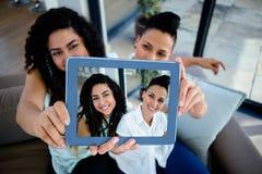 Lesbisch paar die een selfie met digitale tablet nemen Royalty-vrije Stock Foto