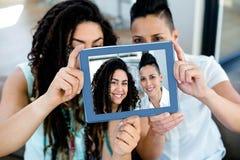Lesbisch paar die een selfie met digitale tablet nemen Royalty-vrije Stock Fotografie