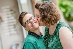 Lesbisch paar die in openlucht kussen stock foto's