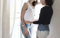 Lesbisch Paar samen binnen Concept stock afbeeldingen