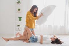 Lesbisch paar samen concept Paar van het jonge vrouwen gebruiken Stock Foto