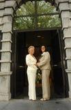 Lesbische bruiden voor stadhuis na huwelijksceremonie royalty-vrije stock foto's