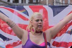 Lesbische Frau, die britische Flagge trägt Stockbild