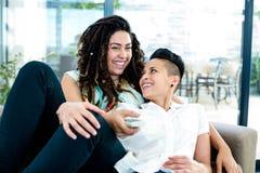 Lesbische paar het letten op televisie Royalty-vrije Stock Afbeelding