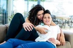 Lesbische paar het letten op televisie Royalty-vrije Stock Foto