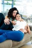 Lesbische paar het letten op televisie Royalty-vrije Stock Fotografie