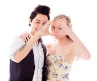 Lesbische Paare, die Herzform mit den Händen machen Stockfotografie