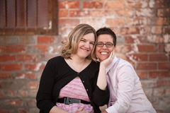 Lesbische Paare draußen lizenzfreies stockbild