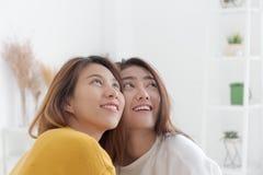 Lesbische Paare sind lächelnd und, Paare des homosexuellen wom schauend lizenzfreies stockfoto