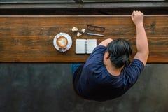 Lesbische vrouwenslaap bij koffie stock foto
