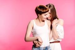Lesbisches Paar-Umarmen stockfoto