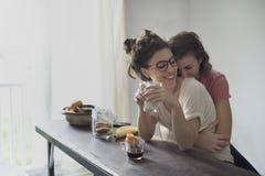 Lesbisches Paar-zusammen zuhause Konzept stockbilder