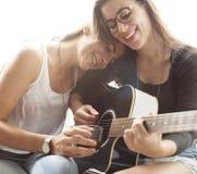 Lesbisches Paar-zusammen zuhause Konzept lizenzfreie stockfotos