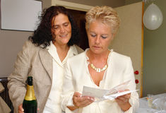 lesbisk avläsning för kortparhälsning Fotografering för Bildbyråer