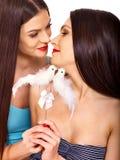 Lesbiska kvinnor med duvan i erotiskt förspel spelar Arkivbild